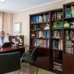 El Doctor Benito Cabeza su despacho