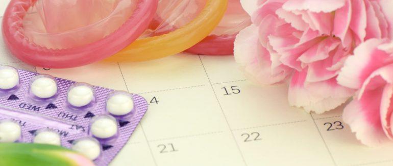 Píldoras anticonceptivas y condones de colores