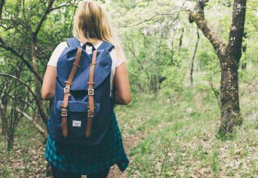 mochilera paseando por el bosque